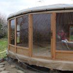 yourte de 8M de diamètre avec 4 M de baies vitrées ,porte d' entrée , cadre pôele a bois….