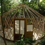 petite yourte en pleine forêt de 5M de diamètre, porte d 'entrée couplée avec cadre de pôele à bois et une baie vitrée coté sud…